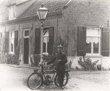 Een Belgische Saroléa motorfiets van c. 225 cc, 2 PK. Erp, c. 1925