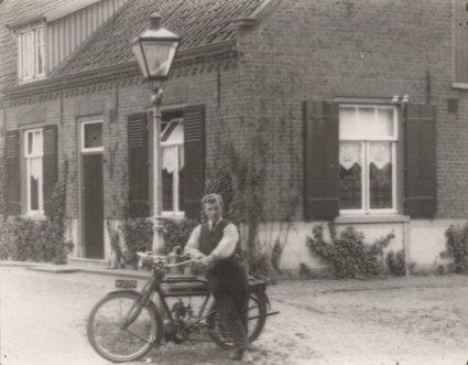 Een Belgische Saroléa motorfiets van c. 225 cc, 2 PK. Erp, c. 1925.