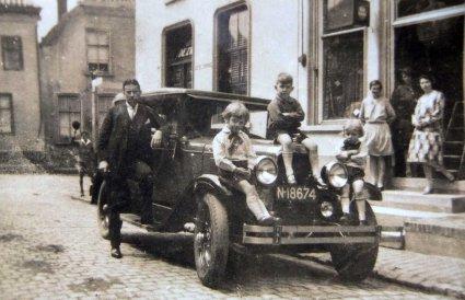 Janus van Gils met zijn zonen bij zijn auto in Klundert (originele foto: Collectie D. Langen)