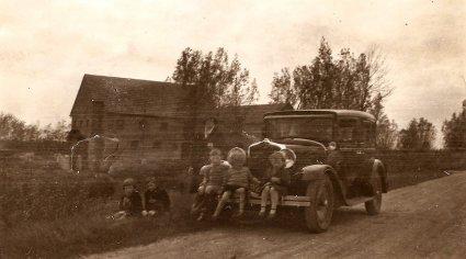 Dezelfde auto, maar bij welke watermolen is de foto gemaakt? (originele foto: Collectie Adri Ekstijn)