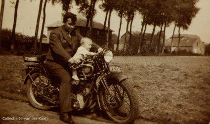 Een Gillet zijklepper uit begin jaren '30 te Sint-Oedenrode, c. 1947.