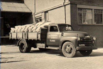 De Chevrolet vrachtwagen van de firma Schraven-Eijsbouts, c. 1947-1950 (Collectie M. Leyten-Schraven)