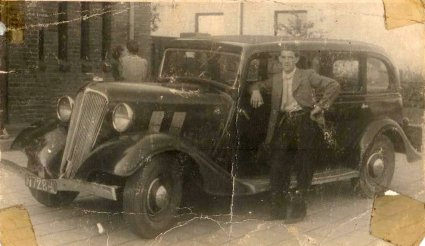 Cor van Dongen bij zijn Renault Vivaquatre KZ17, c. 1945 (originele foto: Collectie Verkeersschool Van Dongen)