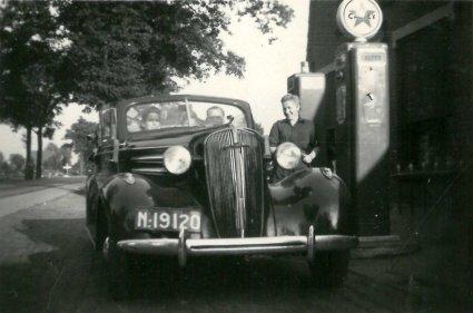 Chevrolet 1936 bij de benzinepomp van Hermes (collectie Hkk De Elf Rotten)