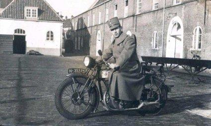 Lou Dassen op de motor, 1936 (collectie fam. Dassen)
