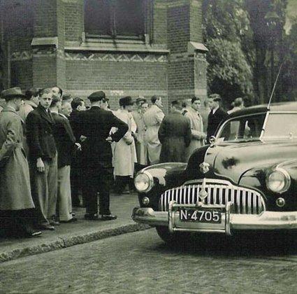 N-4705 In 1948 bij de Paterskerk, bij het 12 1/2-jarig bestaan van de zaak  (coll. I. Ramselaar-van der Meulen)