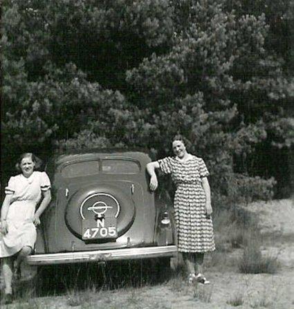 N-4705 Opel Super Six met Mien en Fien, 1940 (coll. I. Ramselaar-van der Meulen)