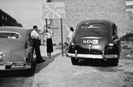 N-874 Ford, 1955 een bezoek aan de watervallen van Coo in Stavelot (België) 1955. Personen vlnr: Martien Vugts, Mariet Vugts-Prinssen en Marie-Thérèse Vugts-Blondeua (Heemkundekring Schijndel, coll. fam. Vugts)