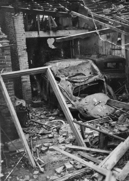 N-874 Wrak van de auto met het kenteken N-874 in de compleet kapot geschoten garage in de Kloosterstraat in Schijndel, oktober 1944 (Heemkundekring Schijndel, coll. fam. Vugts)