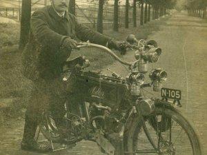 Adler V-twin motorfiets, c. 1906