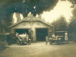 Links de auto van Herman Vriens (Collectie K. van der Goes-Melzer)