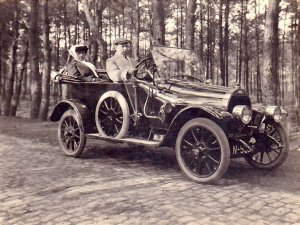 Louis en Dorine Fick in hun auto (Collectie Peter)