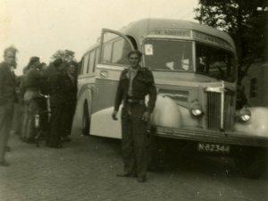 Oom Ad bij de bus in Boekel (originele foto: Collectie G.H.A.A. de Bie)