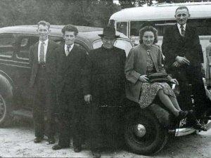P. v.d. Bogaard met zijn taxi (Collectie Heemkundekring St. Achten op Boeckel)