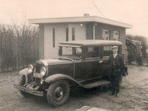 F. Claes bij de auto van Karel van Wely (particuliere collectie)