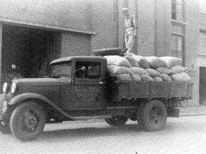 De vrachtwagen van Van Raaij aan de Piushaven in Tilburg (Collectie H. van Overbeek)