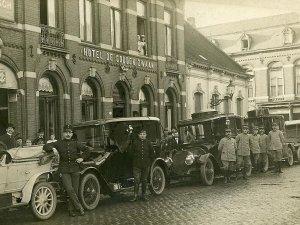 Bij garage Knegtel in Tilburg gevorderde auto's voor de generale staf, staande voor hotel de Gouden Zwaan aan de Heuvel.