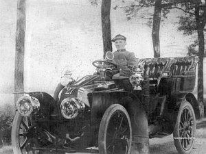 Rijksnummer 27, een Renault uit 1903, eigendom van F. Jurgens. Foto Conam
