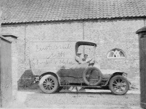 De eerste vrachtwagen van Van Hilst, bestuurd door G. van Engelen