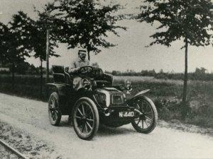 A. Spierings in zijn auto (Collectie Stg. Uden-archief van Bressers)