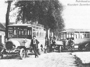 De twee NAG-bussen voor het station