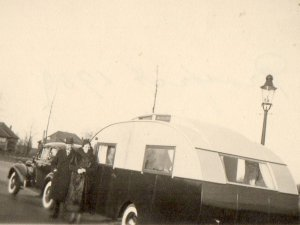 De Buick met de caravan (Collectie H. van Overbeek)
