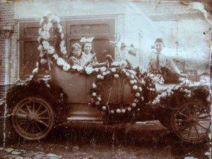 De versierde auto van Jan Groenen (originele foto: Collectie Heemkundekring De Erstelinghe)