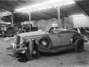 Auto met schade in de garage aan de Bredaseweg in Bergen op Zoom (collectie West-Brabants Archief)