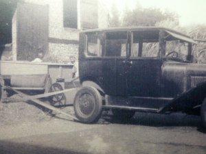 Taxi als aandrijving van een dorsmachine (Collectie G. Reniers)