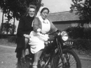 de wijkzuster in Oirschot op haar motor, ca. 1950.
