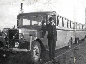 Mijn vader bij een Volvo bus van de firma Van de Rijdt