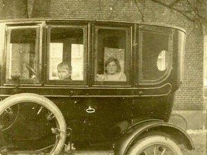 Jo Giesen en Gerarda Verbruggen bij hotel Giesen, 1919