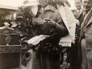 Jacques als winnaar van de 10.000 km rit, 1931