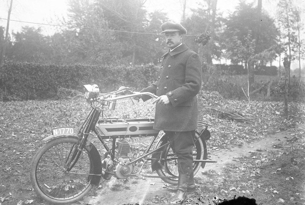 Simplex motorfiets van c. 1913 in Sint-Oedenrode, 1920.