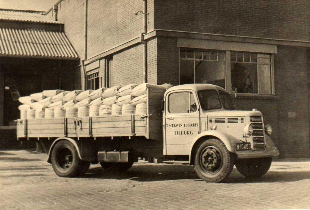 Bedford van de firma Schraven-Eijsbouts, 1947 (Collectie M. Leyten-Schraven)