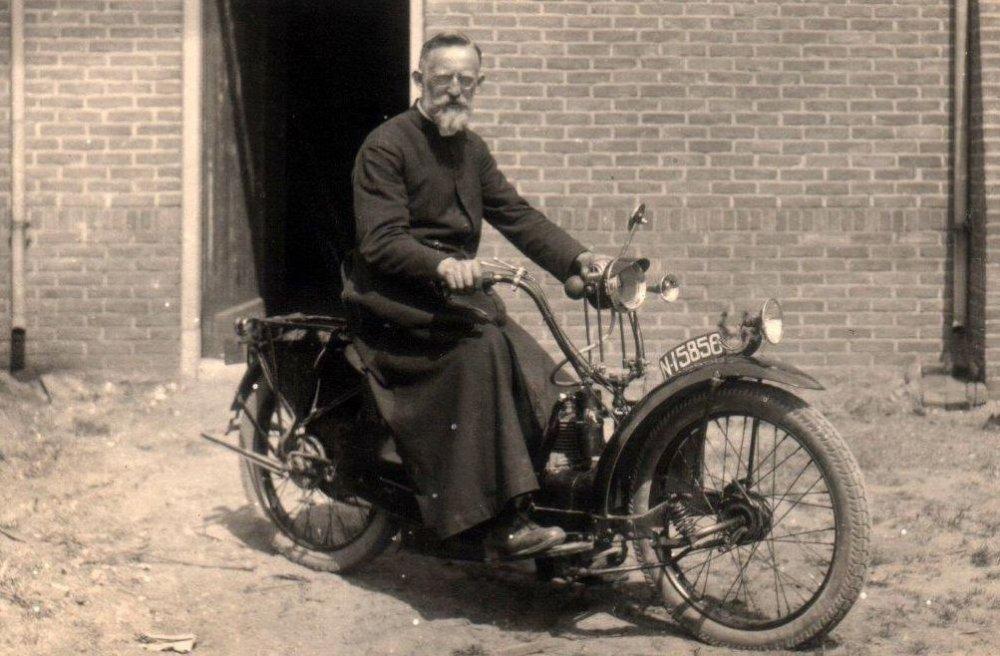 Neracar motor te Schijndel, c. 1935.