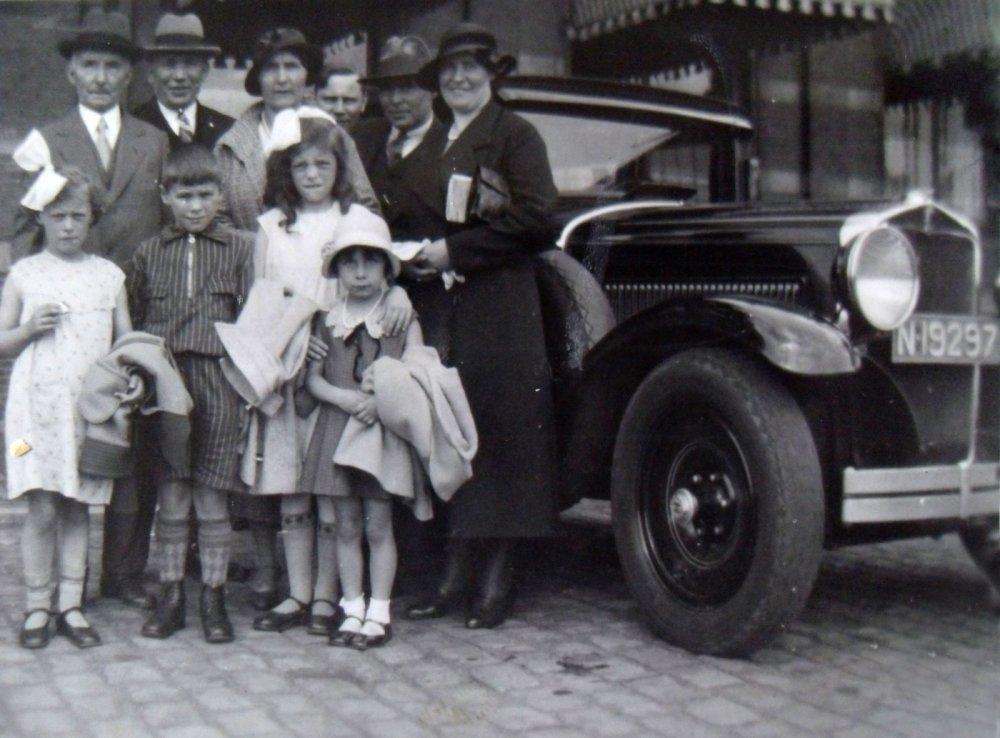 Adrianus Mentink met zijn familie bij zijn auto, 1932 (originele foto: Collectie Adri Ekstijn)