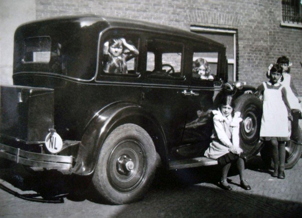 De kinderen in en bij de auto, 1932 (originele foto: Collectie Adri Ekstijn)