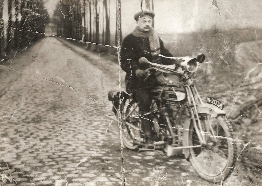 W.P. van de Wiel op de motor van C.H. van de Wiel (collectie: R.A.J. van de Wiel)