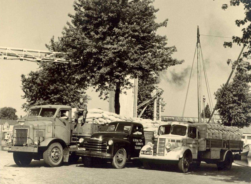 Het wagenpark van de firma Schraven-Eijsbouts, c. 1947 (Collectie M. Leyten-Schraven)