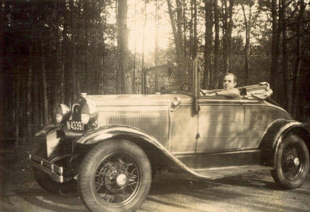 Johan Schraven (1920-1994) in zijn Ford Model A cabriolet (Collectie M. Leyten-Schraven)
