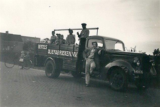 De vrachtwagen met het opschrift Bertels' Oliefabrieken N.V. (foto: Collectie S. Kuiper-Stevens)