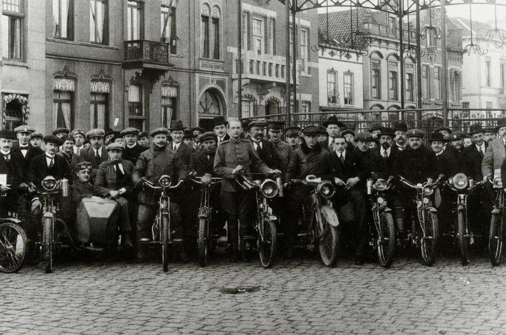 Zuid-Nederlandse Motorwielrijdersvereniging in Helmond, 1915.