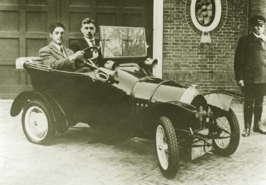 N-333 Janus v.d. Meulen en Frits Philips in een Peugeot (coll. I. van de Meulen)