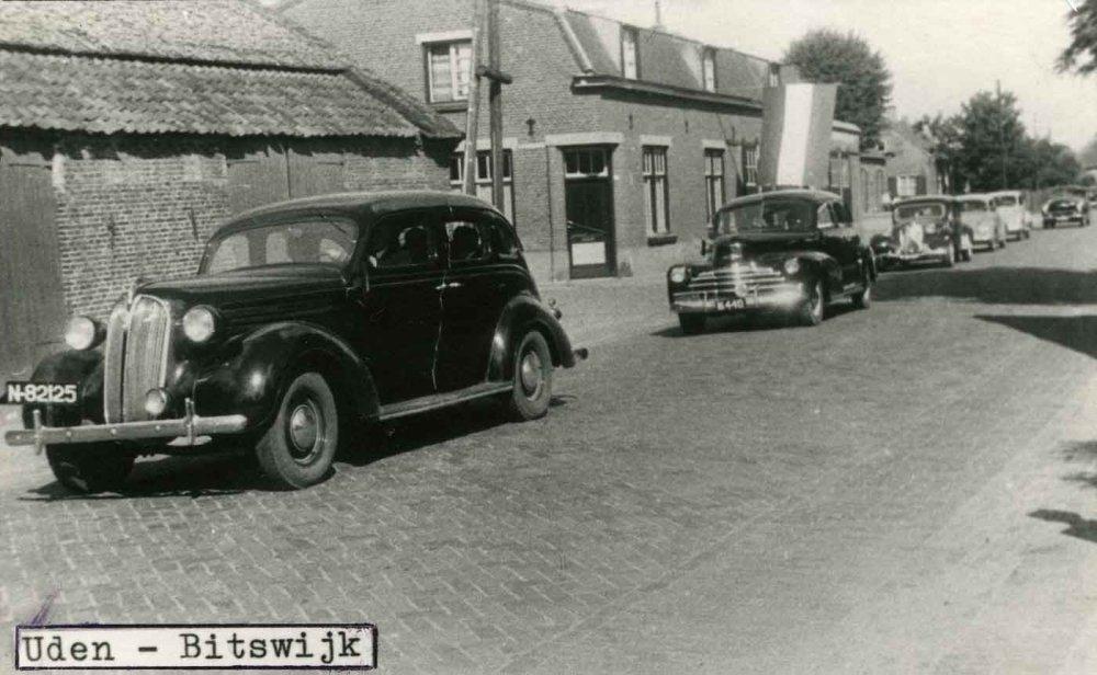 """Vooraan een Plymouth en een Chevrolet (bron: Stichting """"Het Uden-archief van Bressers"""")"""