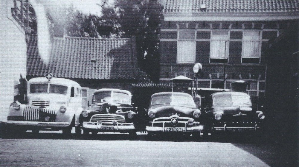 Rechts de Ford Vedette (coll. H. Ruijs)