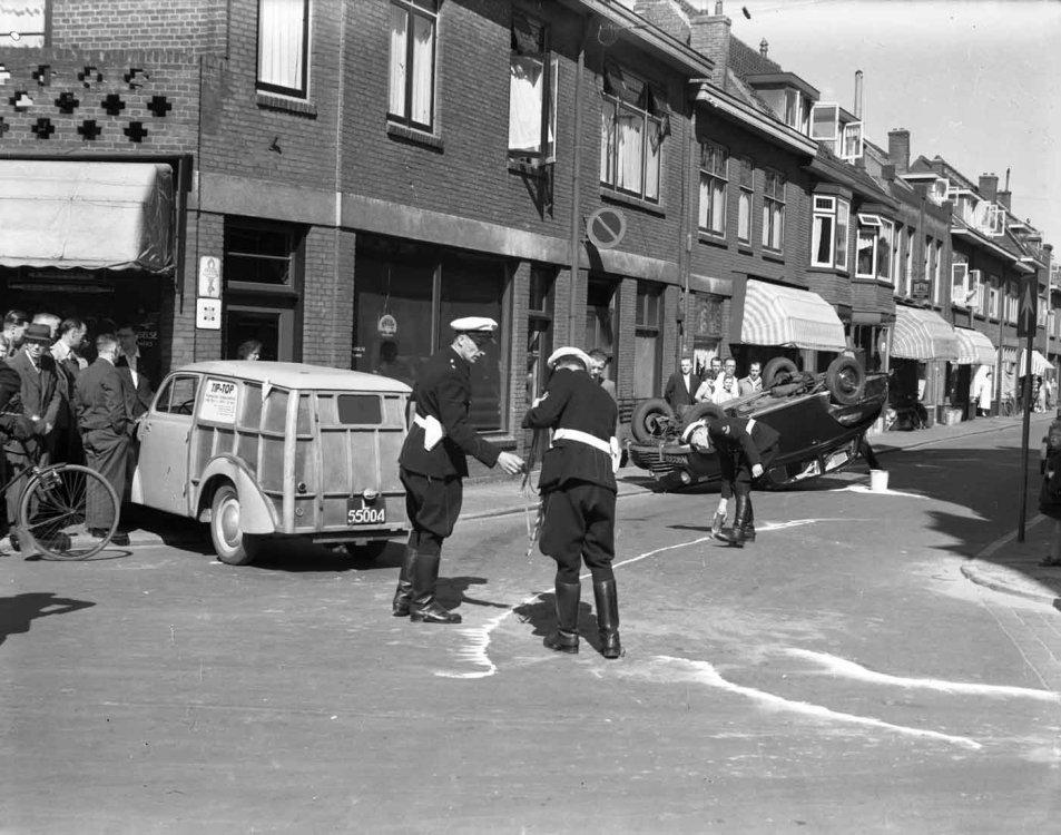 Aero Minor (l) en Opel Olympia (r). Foto: F.F. van der Werf. Bron: HUA