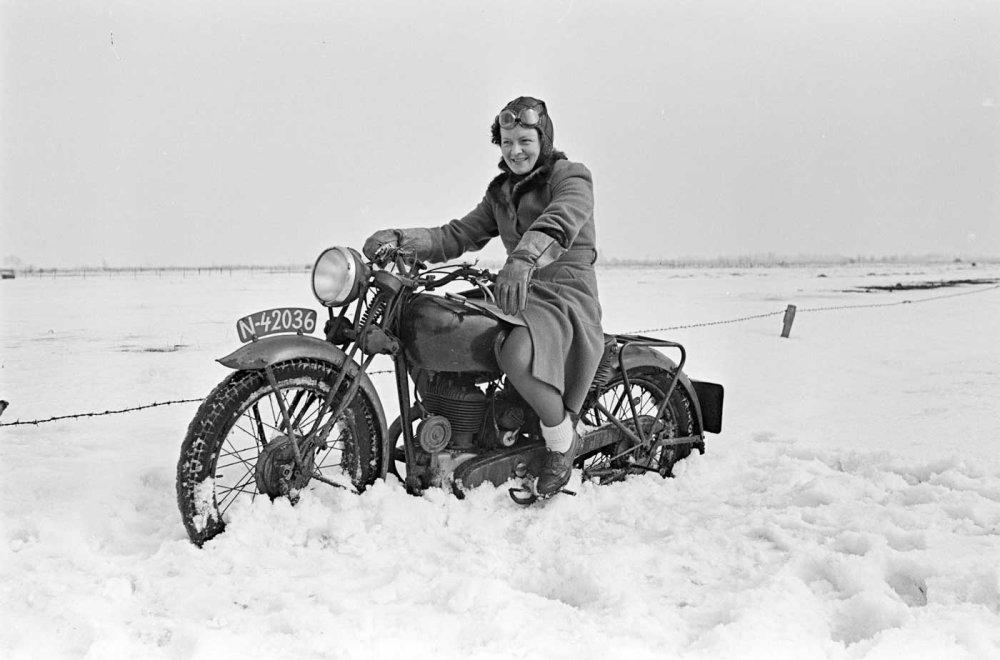 Riek Jansen op motor (foto: D. Scholte; coll. Stadsarchief Oss)