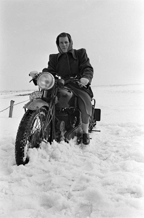 Lies Jansen op motor (foto: D. Scholte; coll. Stadsarchief Oss)