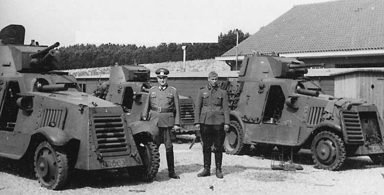 Links III-603, rechts III-607 in Duitse handen (bron: Landsverk M38 Pantserwagen)